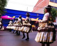 Otras coreografías como la de los morenos, las mujeres usan vestimentas similares y aprovechan de criticar el abuso al colonialismo español y esclavitud y hablan del mestizaje y otros asuntos culturales.