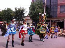 Al igual que las cholas, las diablas o chinas del carnaval también usan trenzas largas con pompones, blusas y chaquetillas con un tono más audaz en color y brillo, junto con faldas (polleras) más cortas.