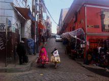 2 Cholas caminando por la calle Brujas de La Paz. Vestidas con prendas llamativas para el carnaval.